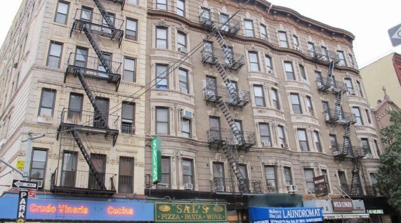 33-newyorkun-bildik-disaridan-yangin-merdivenleri-ile-binalarai.JPG